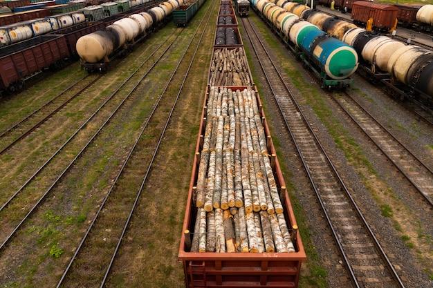 貨物鉄道駅での燃料付きタンク、貨物付きワゴン。ロジスティクスと輸送の概念。