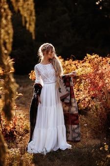 식물원에서 흰 드레스와 여름 판초에 험 상을 무두 질된 소녀