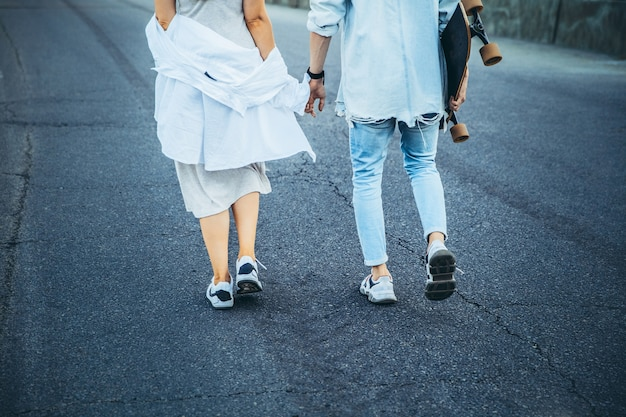 Giovane coppia caucasica abbronzata, storia d'amore moderna con effetto grana della pellicola e stile vintage.
