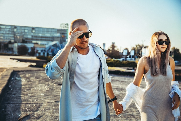 Загорелая молодая кавказская пара, современная любовная история с эффектом зерна пленки и винтажным стилем.