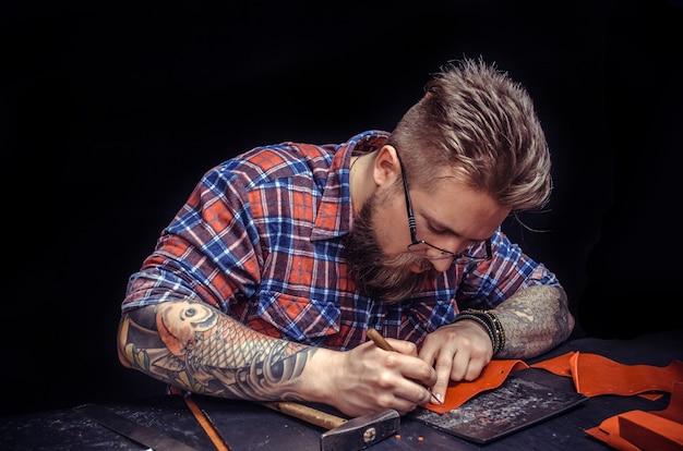 Дубильщик кожи создает качественный продукт из кожи в кожевенном магазине.