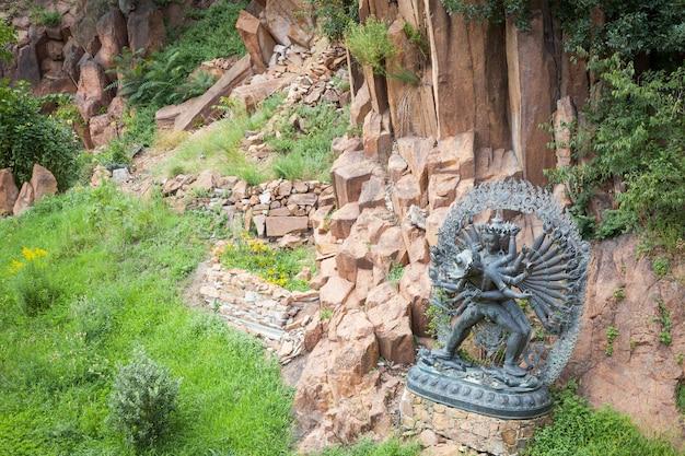 산 정원에 위치한 ritual embrace의 탄트라 신상