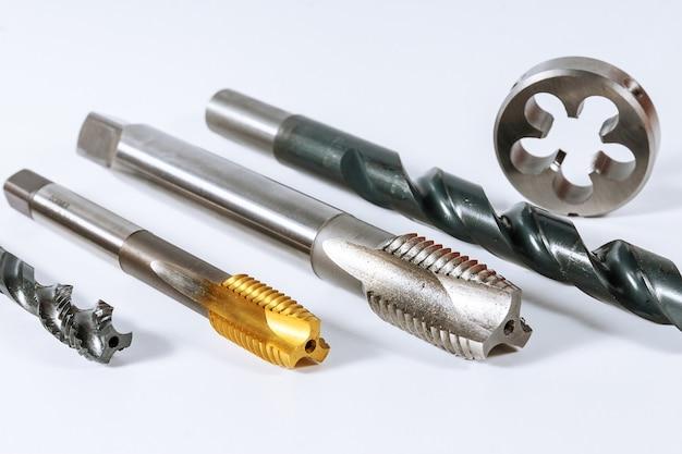 흰색 배경에 금속에 스레딩하려면 누릅니다. 금속 가공용 도구.