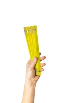 Измерительная лента для ремонта в руках мужчины-изолятора. выборочный фокус.