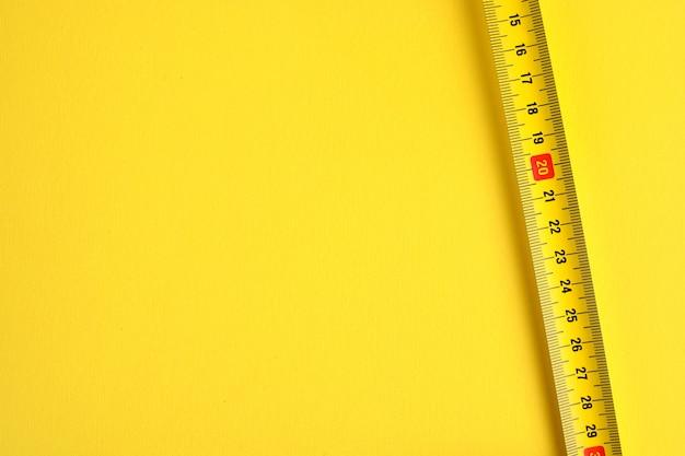 Шкала рулетки на желтом фоне. скопируйте пространство.