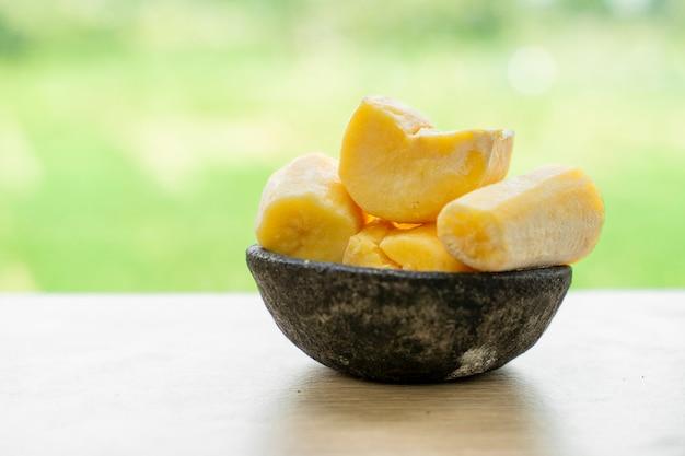 テープまたはタパイは、発酵キャッサバから作られたインドネシアの伝統的な食品スナックです