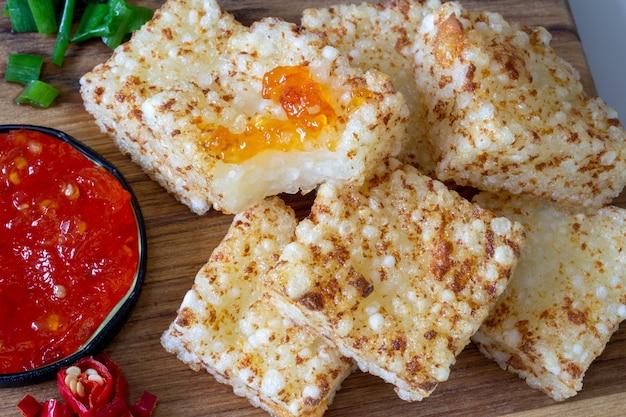 페퍼 젤리와 함께 제공되는 타피오카와 치즈 선택적 포커스
