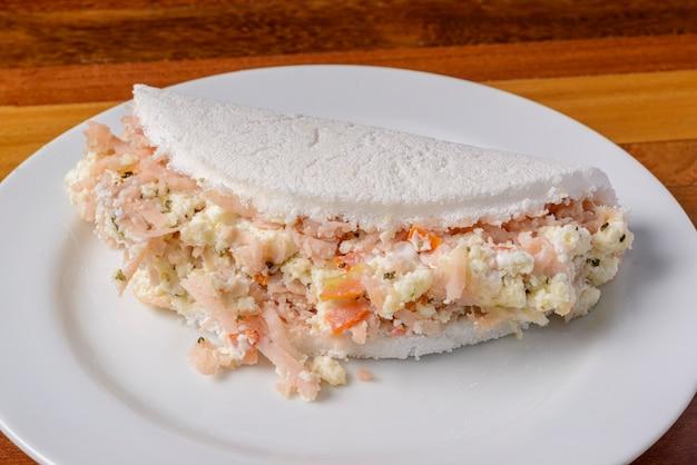 나무 테이블에 흰색 접시에 타피오카 브라질 음식