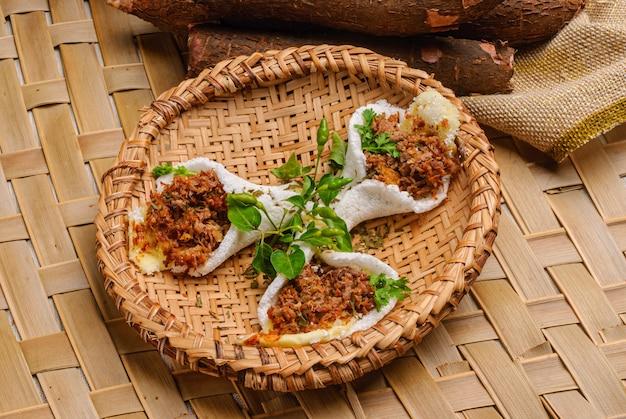 고기, 치즈, 버터를 곁들인 타피오카. 브라질 북동부 지역의 음식.