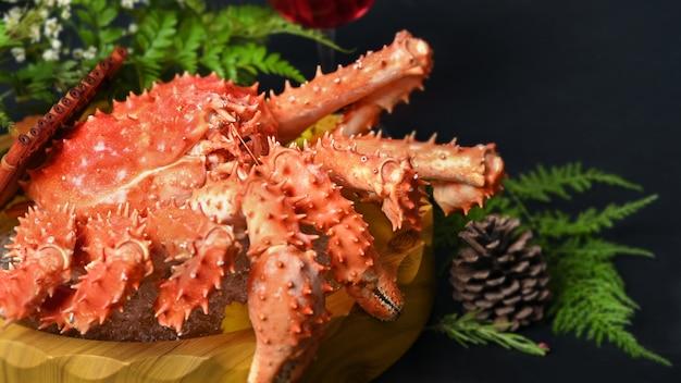 Краб taraba или красная еда камчатского краба японская, селективный фокус.