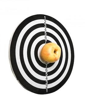 Мишень и яблоко на белом фоне