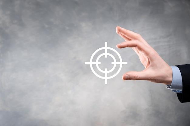 칠판에 대상 아이콘 다트 판이 스케치를 들고 사업가 손으로 개념을 타겟팅. 목표 목표 및 투자 목표 개념.