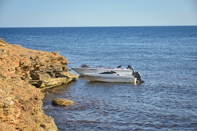 クリミア半島の西海岸にあるターコイズブルーの水が流れるターハンクット岬。夏の海の景色、有名な旅行先。絵のように美しい海、クリミア海岸のビーチ黒海ヤルタ山脈