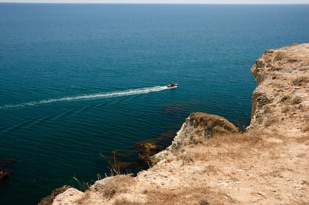 Tarhankutの近くの海でモーターボート