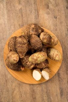 木製のテーブルの上に太郎または山芋。