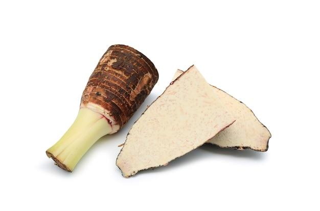 里芋の根と断面は、白い背景で隔離。