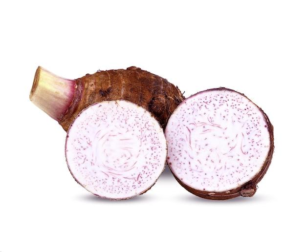 太郎、白い背景で隔離の里芋のスライス