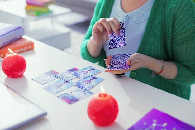 タロットカード占い。占いに使用されている間、テーブルの上に横たわっているタロットカードの上面図
