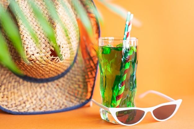タラゴンレモネードトロピカルリーフパームグリーンバジル飲料アイスドリンクさわやかな麦わら帽子サングラス