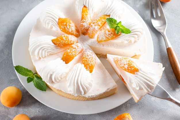 明るい背景にチーズとアプリコットのタルト。アプリコットタルト。フルーツパイ。フランスのペストリー。
