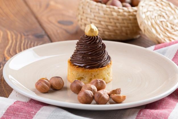 Тарт с шоколадным кремом и золотым орехом сверху