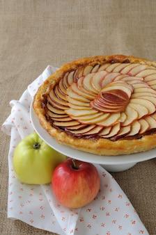 잼과 사과를 곁들인 타르트