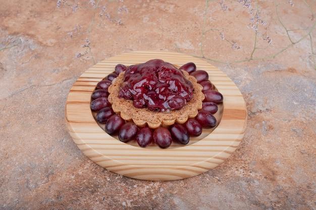 Тарталетки с ягодами кизила и конфитюром.