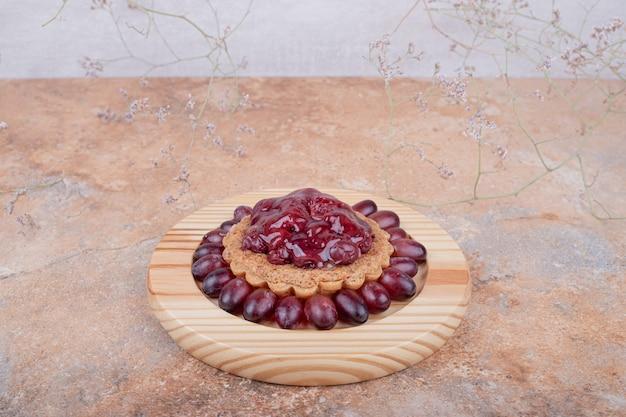 Тарталетки с конфитюром из красного кизила и ягодами в сторону