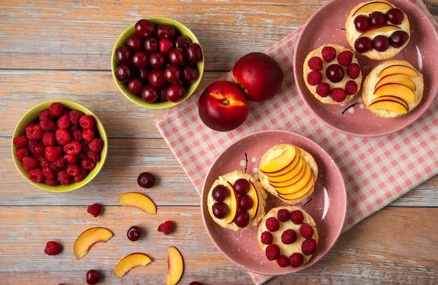 それらに夏の果物とタルタレット、トップビュー
