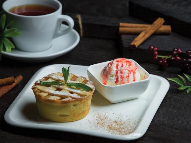 Tarte with vanilla strawberry icecream
