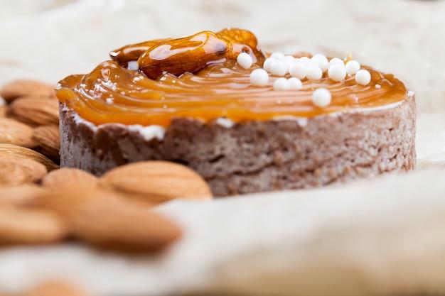 Тарталетка с соленой карамелью и орехами с творогом