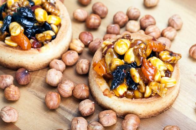 도우넛과 말린 과일로 만든 타르트