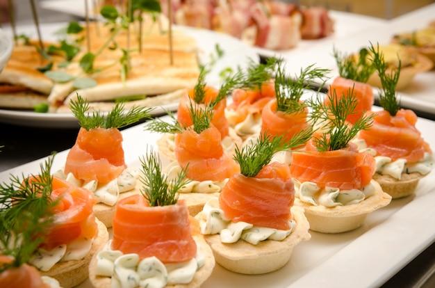 Тарталетки со сливочным сыром и лососем. услуги общественного питания