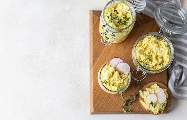 에그 페이트 또는 샐러드와 무와 백리향을 곁들인 타르트 유리병에 담근 계란 프리미엄 사진