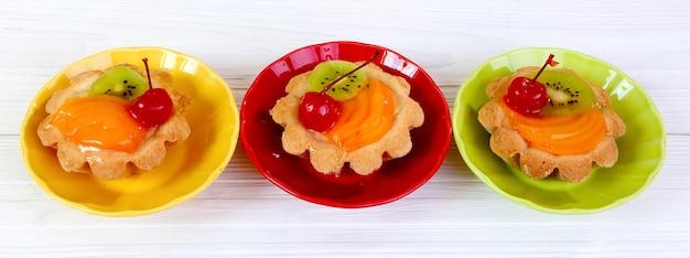 白い木製のテーブルの上の果物のタルト