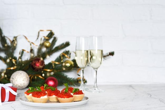 새해 테이블에 빨간 캐비어가있는 tartlets.