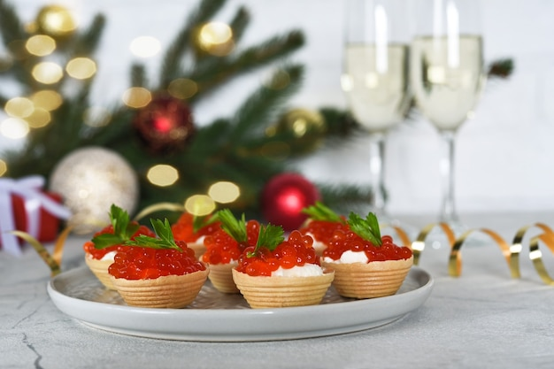 Тарталетки с красной икрой на новогоднем столе.