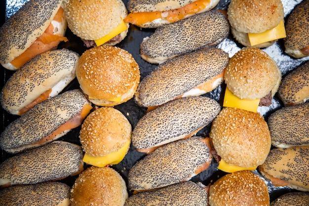 Вкусные и свежие маленькие бутерброды в качестве фона