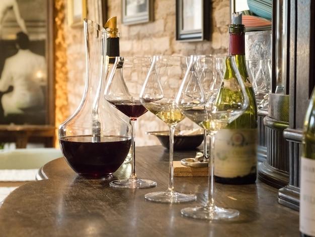 ビンテージワインのグラスの試飲