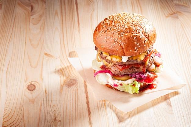 木製のテーブルの上のおいしいアメリカンバーガー
