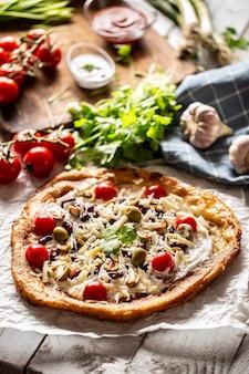 Вкусные и хрустящие ланго прекрасно подаются с целыми помидорами черри, тертым сыром, фасолью и зелеными греческими оливками, а также с чесноком и татистыми соусами.