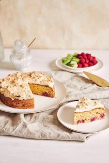 접시에 바이저와 라스베리와 함께 맛있고 맛있는 케이크