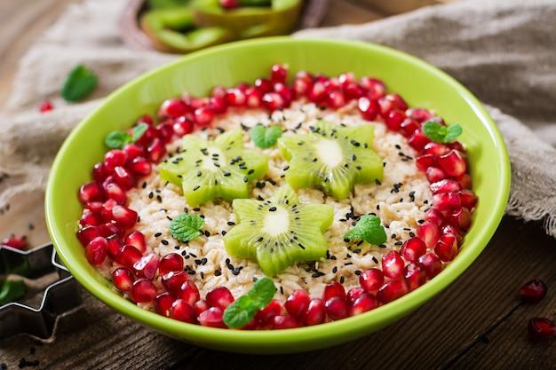 Вкусная и полезная овсяная каша с фруктами, ягодами и семенами льна