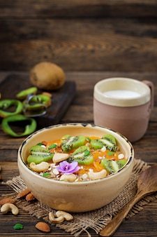 과일, 베리 및 견과류와 함께 맛있고 건강 한 오트밀 죽. 건강한 아침 식사. 피트니스 음식. 적절한 영양