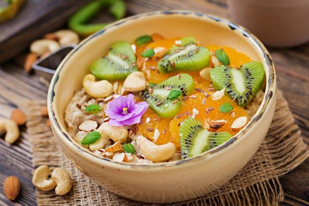 과일, 베리 및 견과류와 함께 맛있고 건강 한 오트밀 죽. 건강한 아침 식사.
