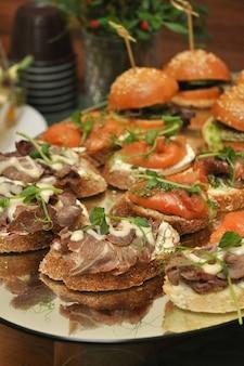 Вкусные закуски на шведском столе из говядины, лосося и сливочного сыра selected focus