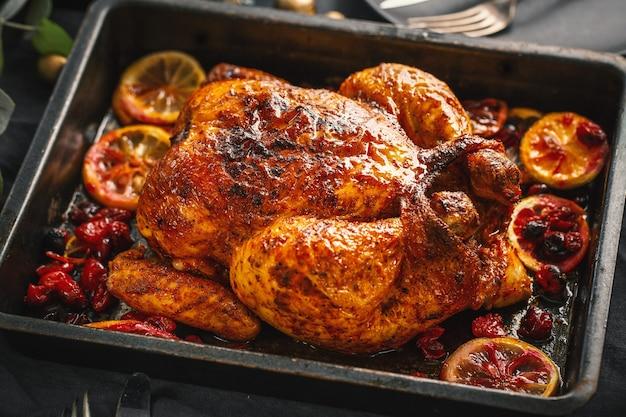 맛있는 식욕을 돋우는 구운 치킨이 데코와 함께 테이블에 제공됩니다. 확대
