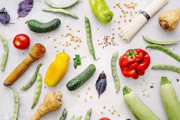 明るい背景に健康的な食料品とおいしい食欲をそそるファーム有機野菜。健康的な食事のコンセプトです。上面図