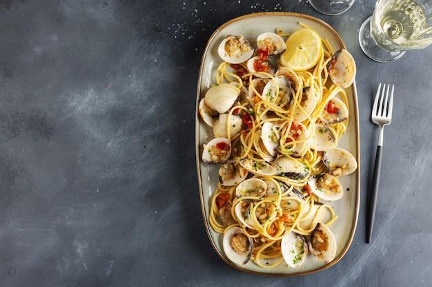 맛있는 식욕을 돋 우는 신선한 수 제 조개 alle vongole 해산물 파스타 접시에 마늘과 화이트 와인. 확대.