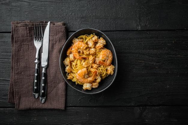 페스토 소스와 그릇에 새우를 곁들인 맛있는 식욕을 돋우는 파스타 스파게티